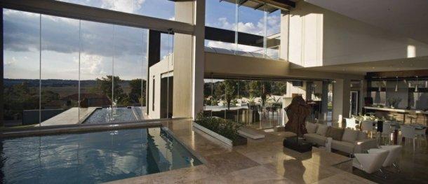 esta luxuosa mansão tem uma piscina interior e outra exterior com vista para a savana