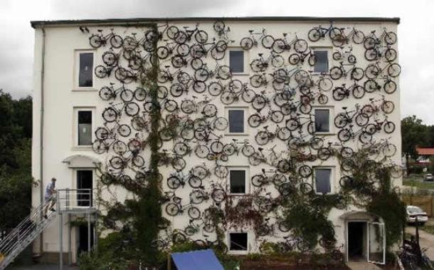 "a ""bicycle-station"" fica em altlandsberg, na alemanha"