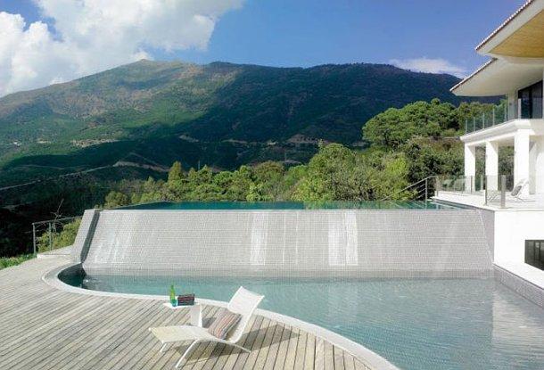 a casa tem duas modernas piscinas e uma cascata no pátio com vista sobre a serra