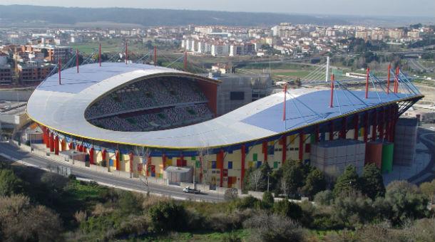o estádio municipal de leiria foi construído em 2003 para a realização do Euro 2004