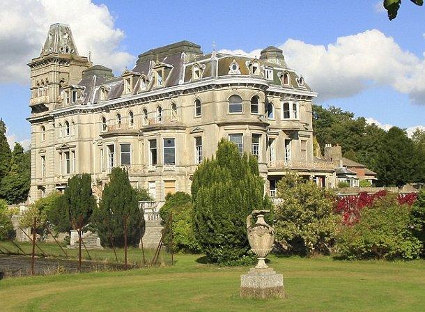 vista do exterior da mansão que pertenceu ao filho mais velho do rei jorge ii