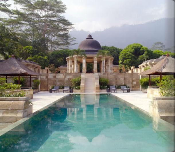 o amanjiwo resort é um anfiteatro natural rodeado pelas montanhas de menoreh
