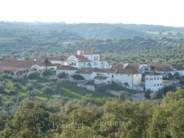 a aldeia é constituída por um conjunto arquitectónico de 20 mil m2 de área habitável