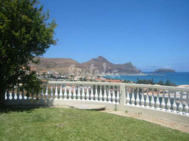 a casa tem cinco quartos e fica a 400 metros da praia e a 200 metros do centro da cidade