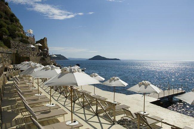o hotel il pelicano tem uma piscina aquecida de água salgada e maravilhosas vistas para o mar