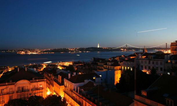 o terraço do bairro alto hotel tem uma vista deslumbrante sobre lisboa e sobre o rio tejo