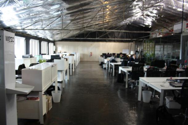 o coworklisboa tem 650 m2 de área e tem à disposição três tipos de mesas