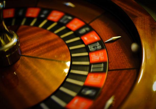 uma comissão interministerial está a estudar a regulamentação do jogo online
