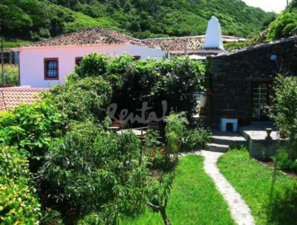 a casa está localizada na fajã grande, na ilha das flores, açores