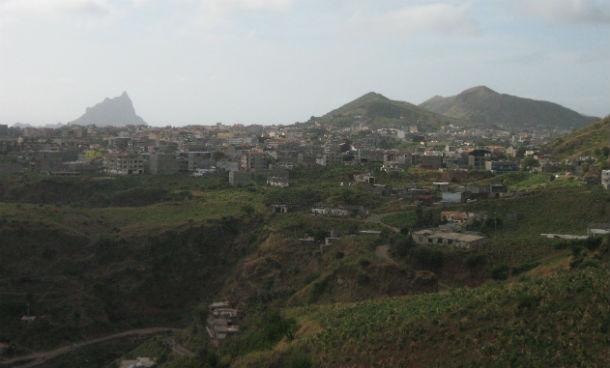 vista geral sobre a cidade de assomada, na ilha de santiago, cabo verde