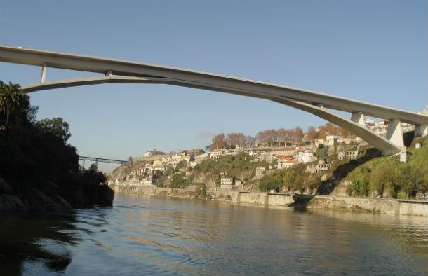 a ponte do infante, que liga gaia e porto, também foi projectada por adão da fonseca