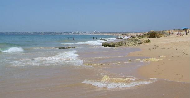 vista geral da praia dos salgados, em albufeira, o concelho com mais praias com qualidade de ouro