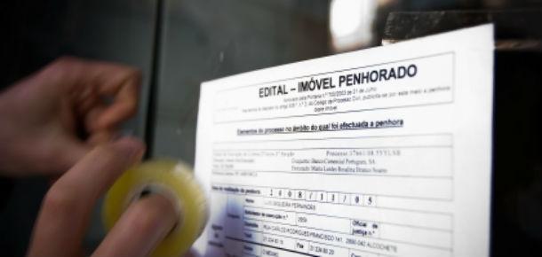 por dia, 25 famílias e promotores imobiliários são obrigados a desistir dos seus imóveis