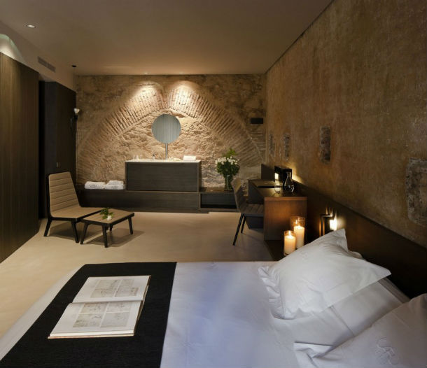 um dos 26 quartos disponíveis no caro hotel
