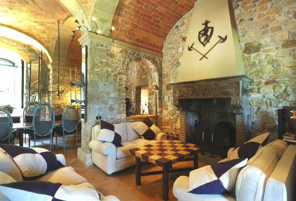 o castelo de scerpena dispõe de cinco quartos, duas piscinas e spa