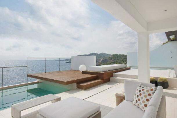 a casa tem dois andares e duas piscinas