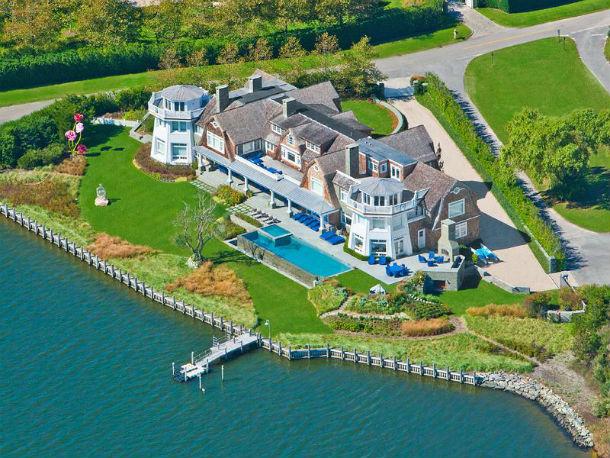 a mansão está localizada em water mil, nova iorque, e está à venda por 31 milhões de euros