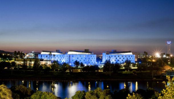 o hotel está localizado nas margens do rio guadalquivir