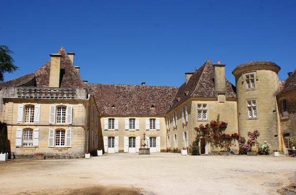 o castelo está localizado em dordonha e foi reconstruído no século xviii