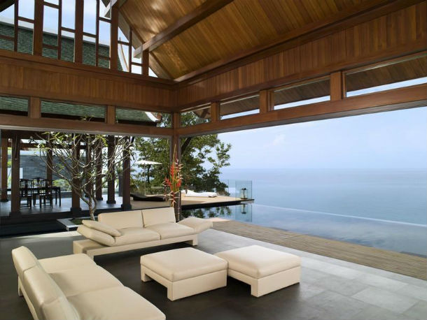 a casa tem dois andares e está localizada na ilha de phuket