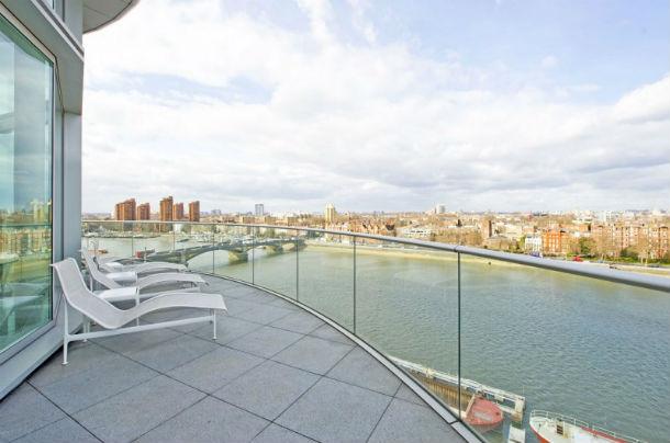 o apartamento está localizado nos andares nono e décimo de um edifício londrino