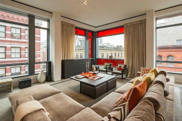 a casa tem três quartos e está localizada no prestigiado bairro de soho