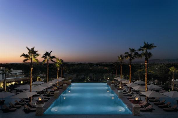a piscina de horizonte infinito e a zona de spa convidam os hóspedes a uma estadia relaxante