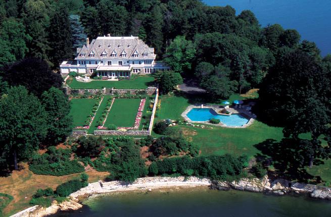 mansão de estilo renascentista tem 1.300 m2 e um amplo terreno mesmo em frente ao mar