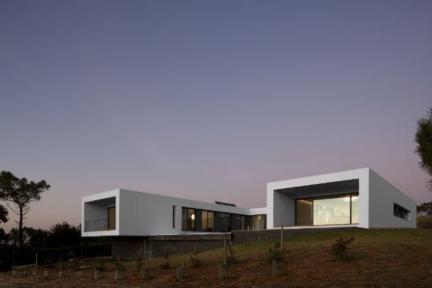 a casa está rodeada por uma densa mancha de árvores e tem vista para a baía de são lourenço