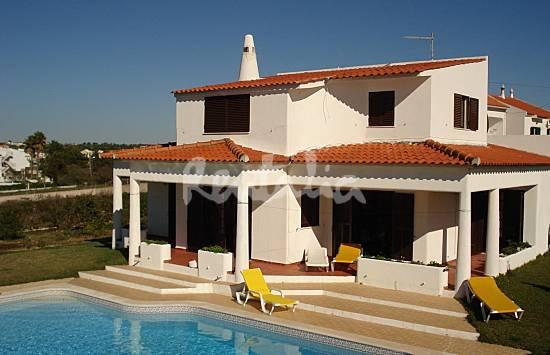 a casa tem piscina, jardim e barbecue e fica a 500 metros da praia