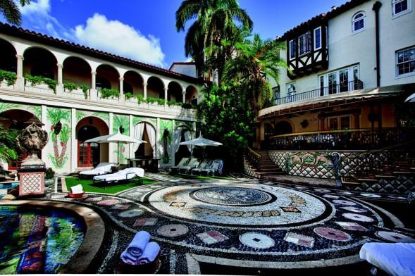 pátio da casa, em miami, que pertenceu a gianni versace