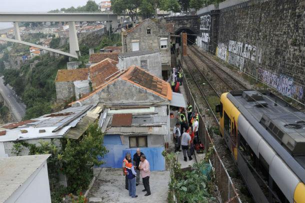 moradores começaram a ser despejados às 8 horas (foto: público)