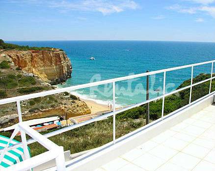 a casa fica a apenas 30 metros da praia de benagil, em portimão, e tem uma vista magnífica sobre o mar