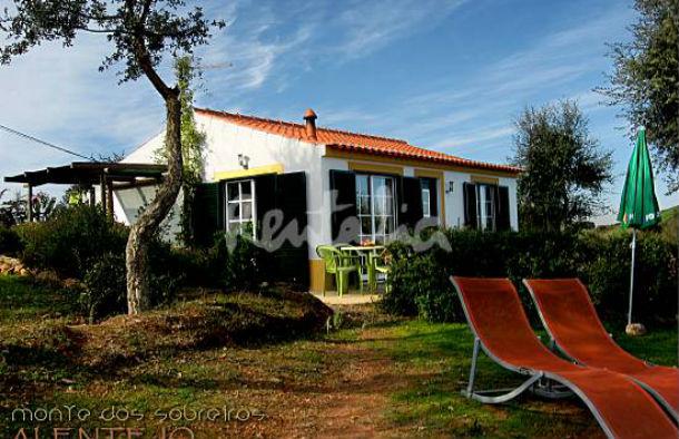 a casa está localizada numa propriedade de 40 hectares no topo de uma colina