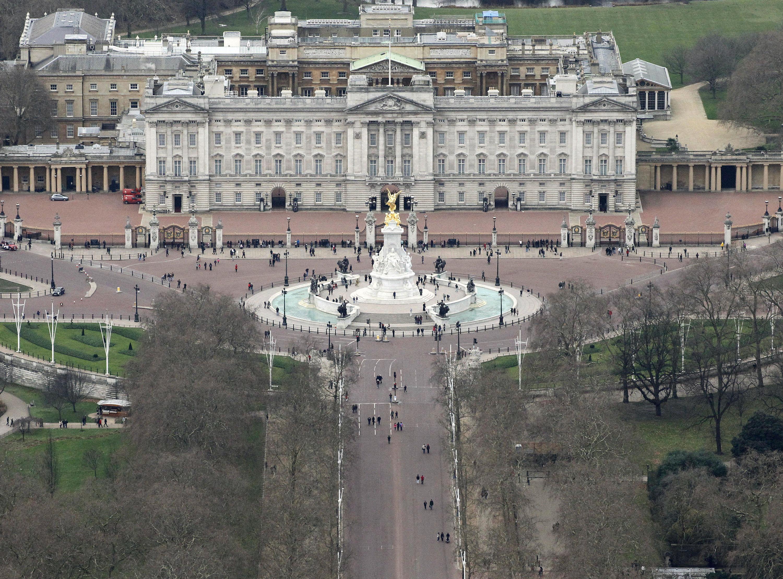 o palácio de buckingham é a residência oficial da rainha e quartel general da monarquia britânica