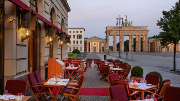 o hotel tem 382 quartos e está localizado numa zona histórica de berlim, na alemanha