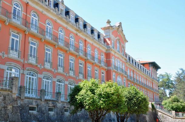 o vidago palace tem 70 quartos e suites com pátios privativos, e um spa termal, projetado por álvaro siza vieira