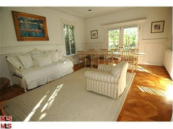 a casa tem 491 m2 e dispõe de cinco quartos e uma espectacular piscina