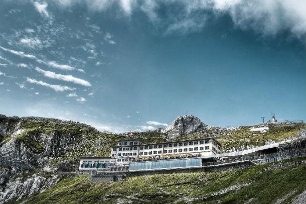 o hotel está localizado no monte pilatus, na zona de lucerna