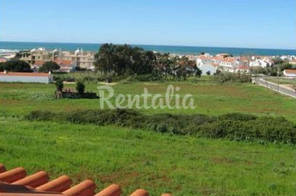 a casa está localizada perto da praia e dispõe de um amplo terraço com vista para o mar