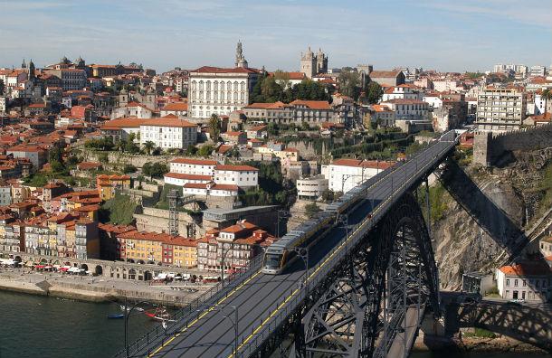 um dos edifícios que será leiloado tem vista privilegiada para o rio douro