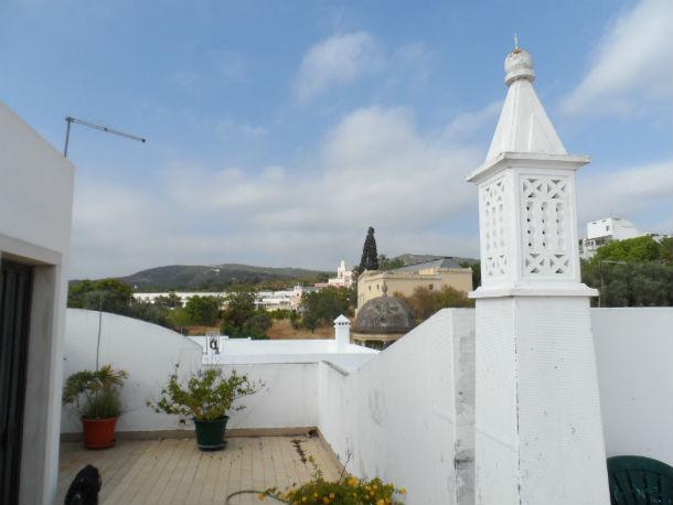 A casa está arrendada por 370 euros e tem uma agradável varanda