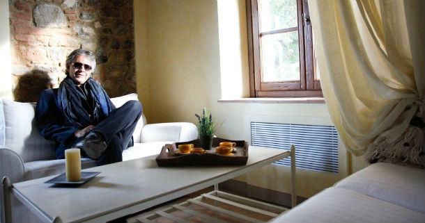 o tenor italiano andrea bocelli foi comercial por um dia para promover as casas desenhadas pelo irmão