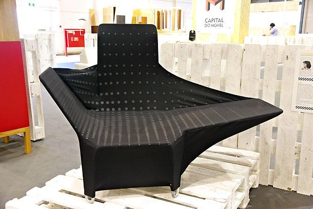 Cadeira de Luciana Barbosa, feita com o mesmo material do fato do campeão olímpico de natação Michael Phelps