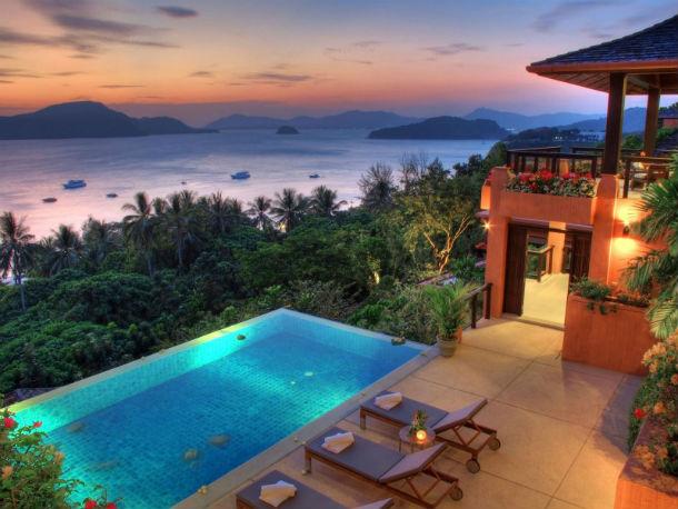 o hotel está localizado em phuket, a maior ilha da tailândia