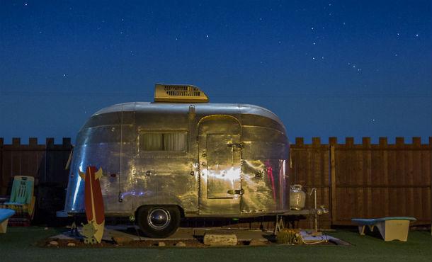 O hotel está localizado no Parque Nacional de Joshua Tree, no coração do deserto californiano.