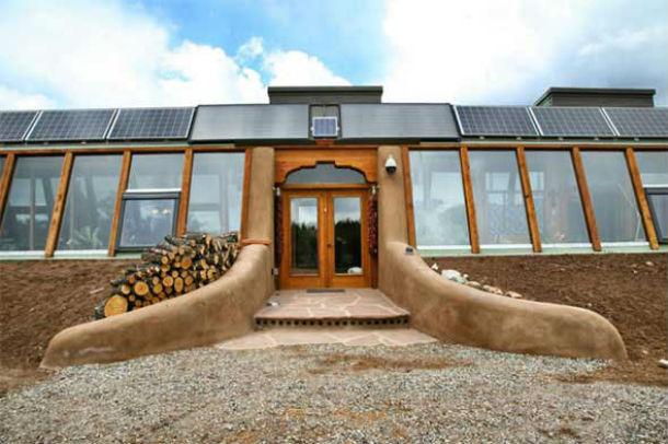 """Exemplo de uma casa """"Earthship"""" localizada no Novo México. Foto: earthship.com"""