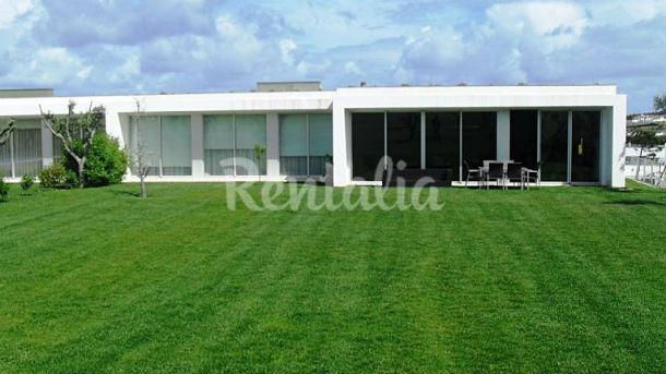 Esta casa está inserida no resort de luxo Bom Sucesso, na freguesia de Vau.