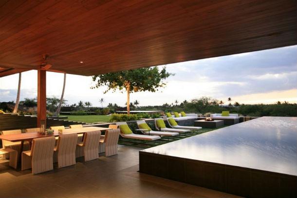 A casa foi desenhada pelo estúdio de arquitetura Belzberg Architects e tem mais de 700 m2.