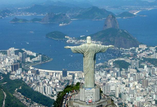 O Cristo Redentor, no Rio de Janeiro, foi atingido por um raio.